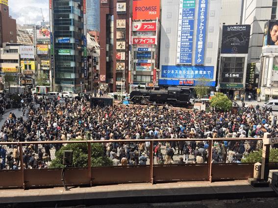 新橋駅前で号外待ちをする人々の様子
